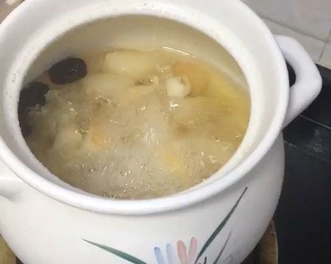Heat of embellish lung Qing Dynasty relieves a cough the practice of soup of tremella snow pear